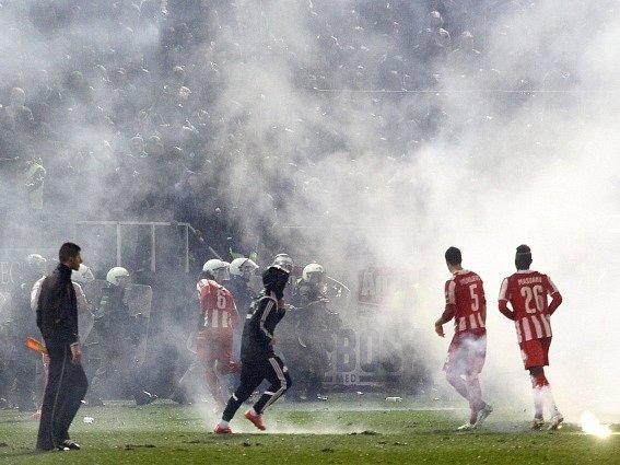 V Řecku je na fotbale někdy až příliš živo. Snímek z derby Panathinaikosu s Olympiakosem.