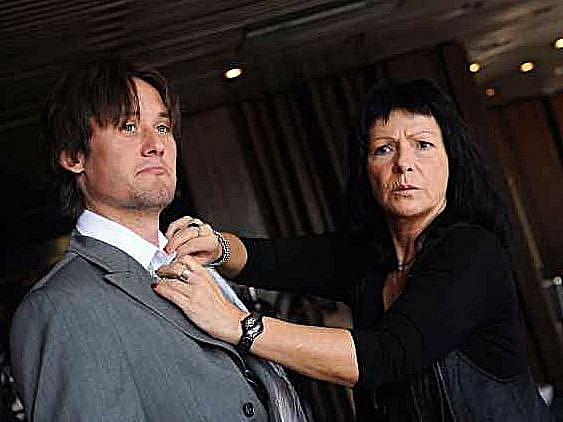 Ředitelka firmy Steilmann Anna Motlíková upravuje košili Tomáši Rosickému.
