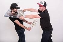 Na snímku je spisovatel Dominik Landsman (vpravo) s grafikem TMBK, se kterým spolupracuje na politické satiře.