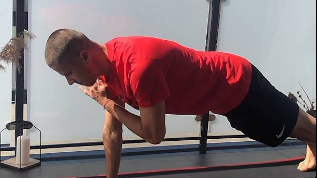 Náchodský fotbalista Petr Schwarz cvičí pro čtenáře Deníku.