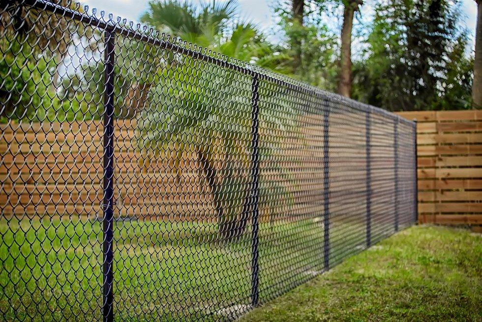 Nejméně finančně náročné bude pořízení plotu z pletiva nataženého mezi ocelové sloupky.