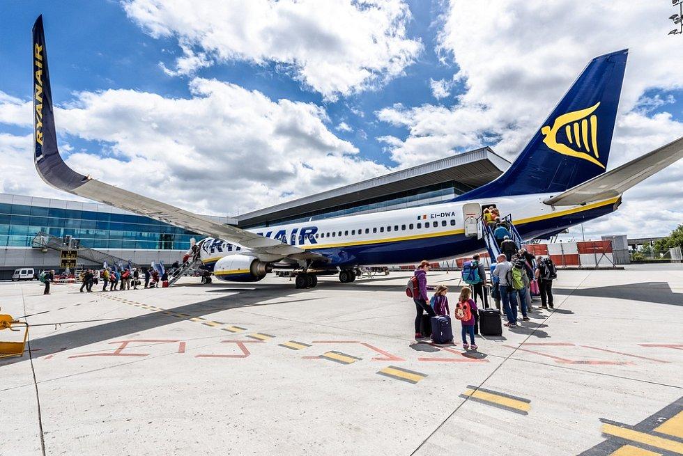 Letadlo společnosti Ryanair na letišti ve španělském městě Santiago de Compostela.