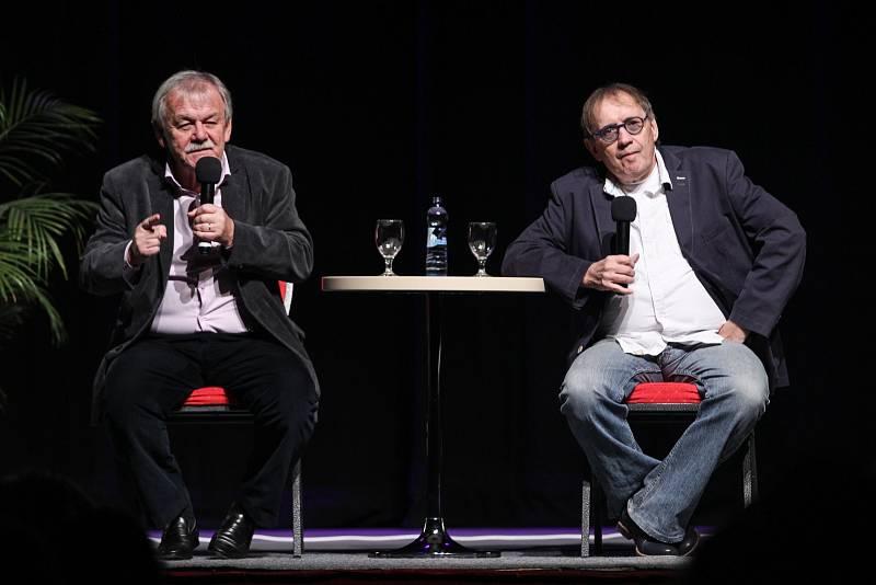Moderátor Karel Šíp v  pořadu Minipárty se svým hostem – bavičem Josefem Aloisem Náhlovským