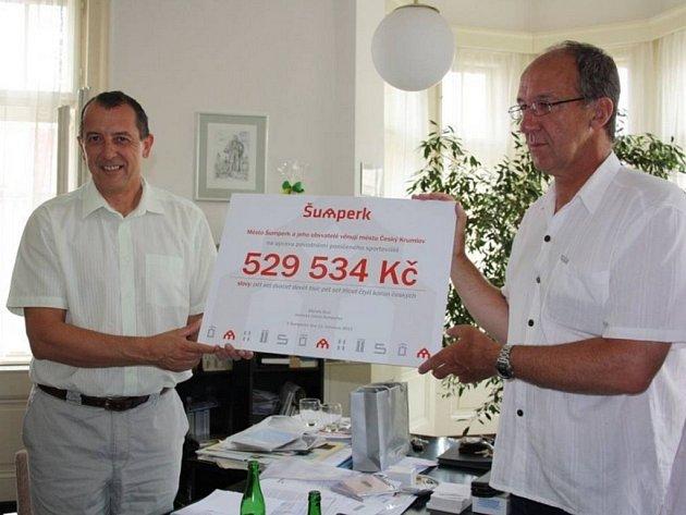 Šumperský starosta Zdeněk Brož předává šek pro město Český Krumlov.