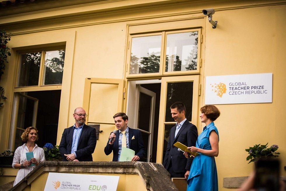 Cen se zúčastnil i ministr školství Robert Plaga, uprostřed vítěz Václav Fiala