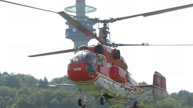 Dvouvrtulová helikoptéra dopravuje na vysílač Buková hora na Ústecku nové části anteního systému