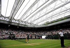 Premiéra nové zatahovací střechy nad Centrálním kurtem ve Wimbledonu.