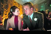 NA OSTŘÍ NOŽE. Jerry balí luxusní přítelkyni úhlavního nepřítele, mafiána Mickeyho Cohena (Emma Stone a Ryan Gosling). Foto: Warner Bros