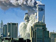 TERORISTÉ ÚTOČÍ. Teroristy pilotovaný unesený boeing se 11. září 2001 v 9:02 blíží ke druhé věži Světového obchodního centra v New Yorku. Po necelé hodině se hořící mrakodrap zřítil k zemi.