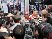 Zamyšlený Lewis Hamilton na tiskové konferenci v Šanghaji.