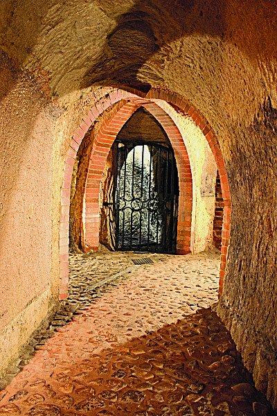 Fascinující labyrint chodeb, sklepů astudní budovaných od čtrnáctého století nabízí Plzeňské historické podzemí.