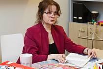 Největší hvězda seriálu Gympl s (r)učením omezeným je bezesporu Libuše Šafránková, která je v roli profesorky Elišky Holoubkové doslova k sežrání.