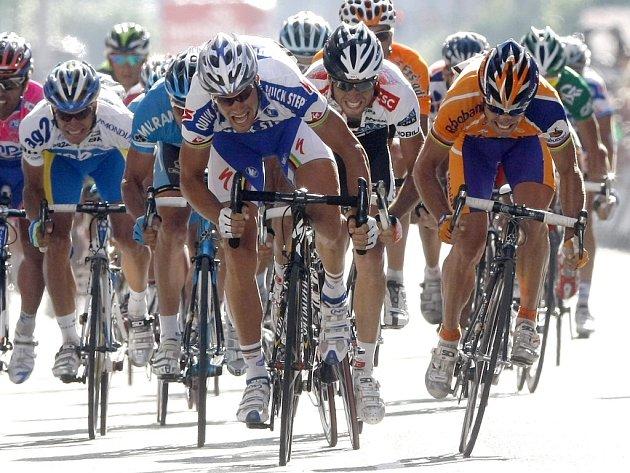 Sprinterský souboj o vítězství v 11. etapě Vuelty vyhrál Oscar Freire (vpravo).