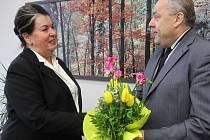 V úterý převzala svůj úřad nová rektorka Jihočeské univerzity v Českých Budějovicích Magdalena Hrabánková, přivítal ji květinou bývalý rektor Václav Bůžek.