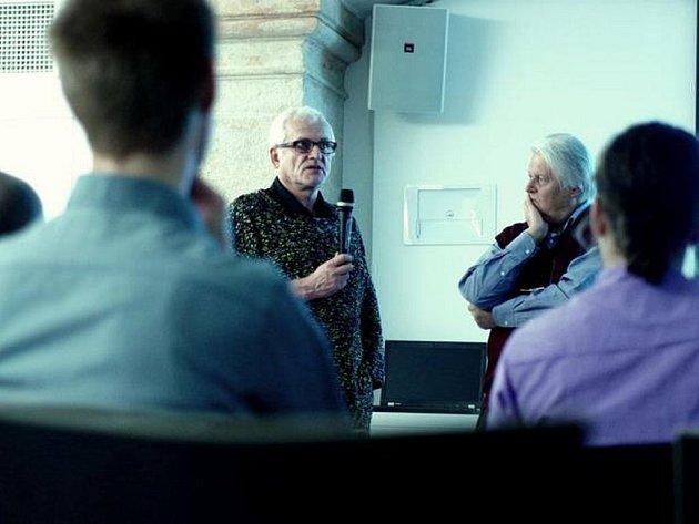 V Praze otevřeli nový filmový klub. K promítání se po vzoru původního Filmového klubu, který fungoval v 70. a 80. letech, vždy pořádá beseda. Zde na snímku režisér Hynek Bočan a filmový teoretik Jan Foll po promítání Bočanova Pasťáku.
