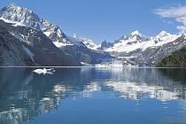 ALJAŠSKÁ IDYLA. Na ledovec LeConte Glacier jsme si udělali celý týden čas. Hory na konci fjordu lákaly k túrám. Horolezecká výzbroj se tam měla znovu uplatnit. Ve vzácných slunečních paprscích tohoto kraje se na ledových krách rádi vyhřívali tuleni...