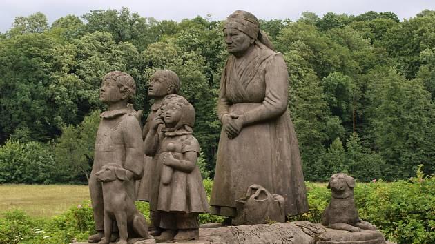 Památník v Babiččině údolí.