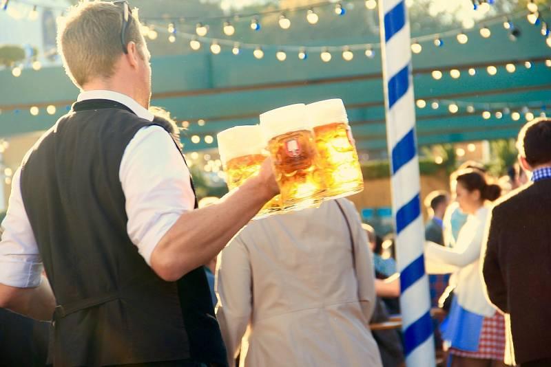 Mezi oblíbené letní brigády patří práce v pohostinství - žádaní jsou barmani, číšníci i servírky