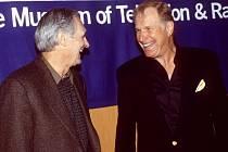 Alan Alda a William Rogers na snímku z roku 2000.