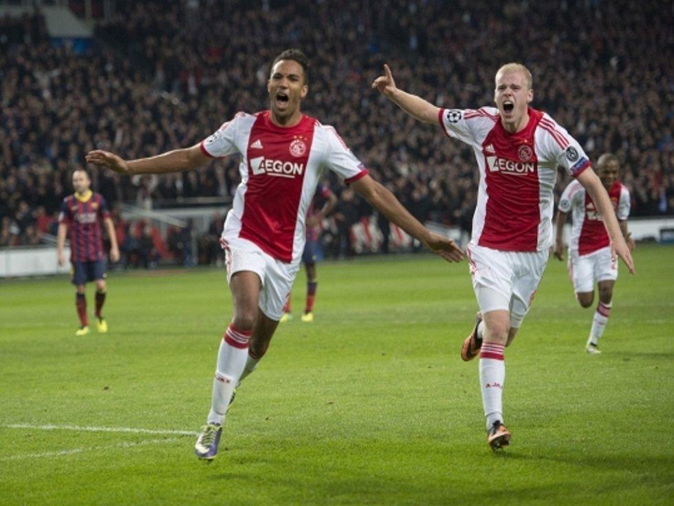 Danny Hoesen z Ajaxu (vlevo) se raduje s Davy Klaassenem z gólu proti Barceloně.