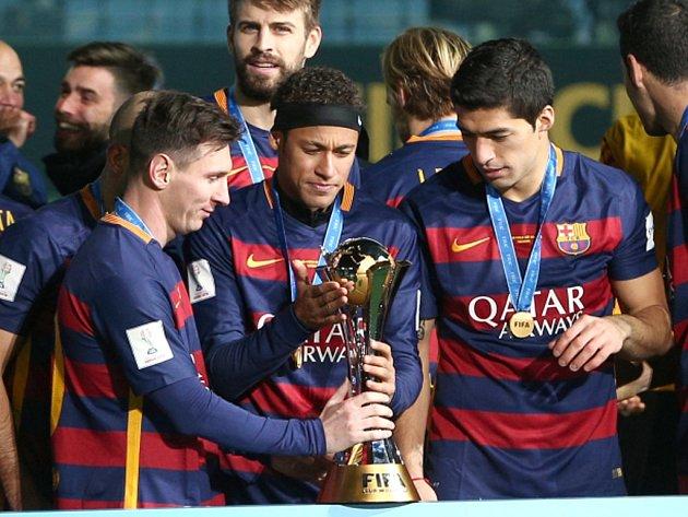 Tři ofenzivní hvězdy Barcelony (zleva) Lionel Messi, Neymar a Luis Suárez s trofejí pro vítěze mistrovství světa klubů.