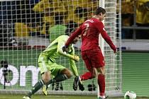 Portugalský kanonýr Cristiano Ronaldo (vpravo) překonává brankáře Švédska.