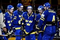 Hokejisté Švédska se radují v severském derby z gólu proti Finsku.