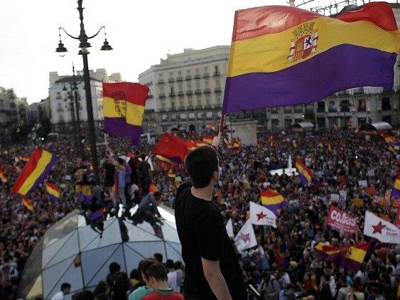 Lidé v centru Madridu oslavují abdikaci krále Juana Carlose.