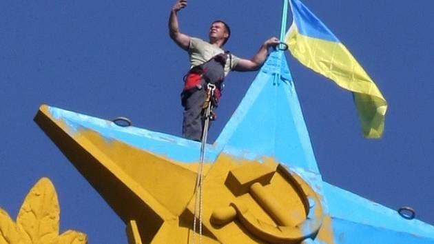 Na moskevském mrakodrapu zavlála ukrajinská vlajka.
