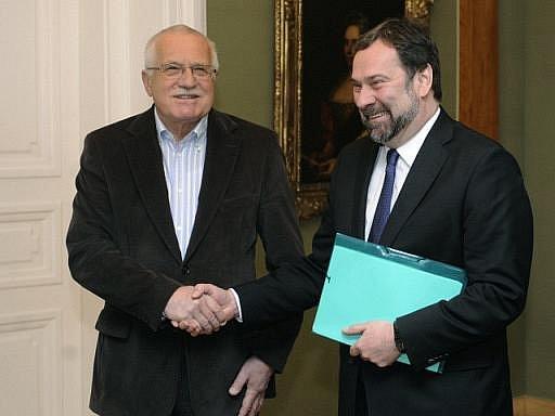 Ministr vnitra Radek John (VV) trvá na odchodu policejního prezidenta Oldřicha Martinů. Prezidentovi Václavu Klausovi během zhruba třičtvrtěhodinové schůzky vypočítal kauzy, kvůli kterým by měl Martinů odstoupit.