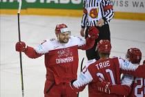 Dánští hokejisté se radují z gólu.