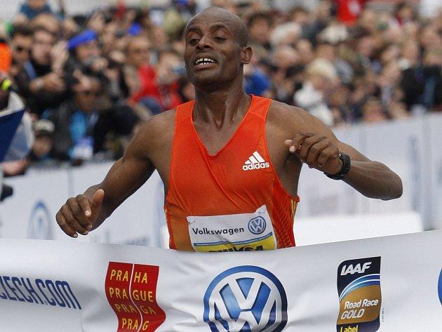 Vítěz letošního Pražského maratonu Deressa Chimsa.