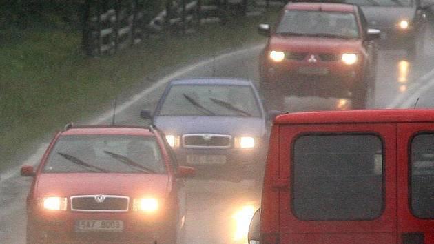 Déšť na silnicích má na kontě i smrtelné nehody.