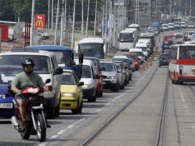 Kolony budou minulostí. Ministerstvo dopravy spustí provoz takzvaného systému RDS-TMC, který aktuálně informuje řidiče o situaci na trase, kterou právě projíždí.