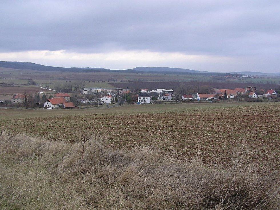 Svou první vraždu Mrázek spáchal v polích nedaleko obce Drahonice na Chomutovsku