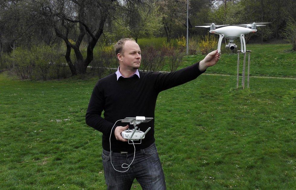 Jakub Karas pilotuje dron
