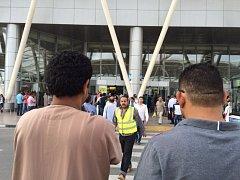 Egyptské letadlo se 66 lidmi na palubě, které dnes brzy ráno zmizelo z radarů, se zřítilo.