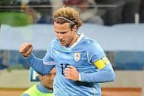 Diego Forlán patřil opět mezi nejnebezpečnější hráče Uruguaye.