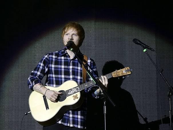 Ed Sheeran a jeho nezaměnitelná vizáž.