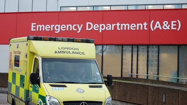 Britští pacienti zůstávají často ležet v sanitkách, ilustrační foto
