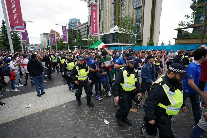 Finále mistrovství Evropy ve fotbale: Fanoušky Itálie musela do Wembley eskortovat policie