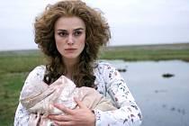 Do manželského svazku s vévodou vstupovala Georgiana (Keira Knightleyová) plná iluzí. Střízlivění bylo bolestné... Stejně jako o dvě století později u princezny Diany.