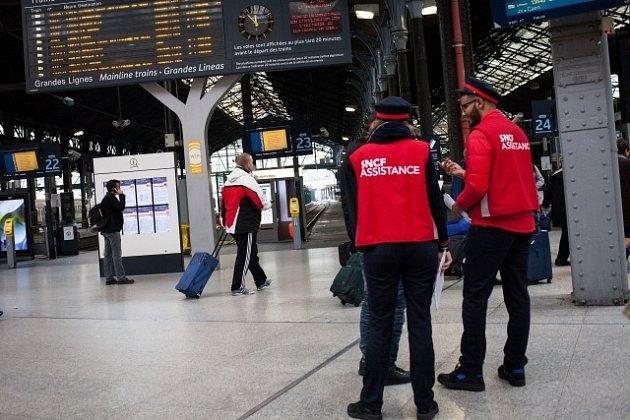 SNCF jsou oficiálním dopravcem měsíc trvajícího šampionátu, který se koná po celé Francii. Stávkami v úvodu Eura navíc hrozí také piloti Air France.