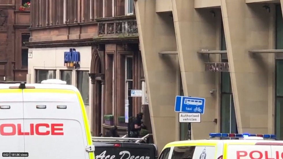Policisté se zbraněmi vstupují do budovy v centru Glasgow