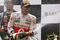 Lewis Hamilton oslavuje vítězství ve Velké ceně Číny.
