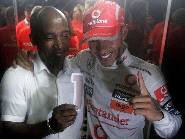 Lewis Hamilton (vpravo) se spolu s otcem Anthonym raduje ze zisku titulu mistra světa.