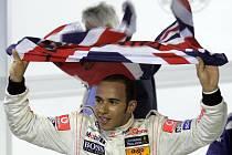 Lewis Hamilton se raduje ze zisku titulu mistra světa.