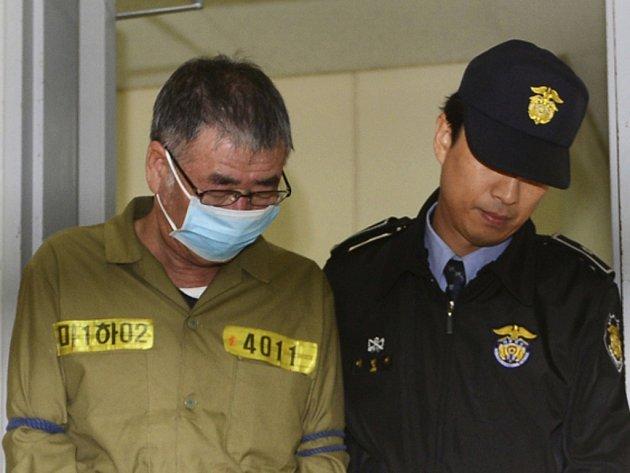 Kapitána jihokorejského trajektu Sewol, při jehož dubnové zkáze zahynulo 304 lidí, poslal soud na 36 let za mříže.