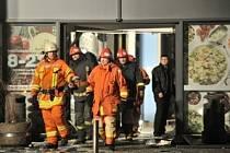 Zřícení části obchodního centra v Rize si vyžádalo několik lidských životů.