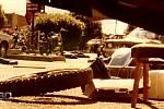 Autentický snímek pořízený očitou svědkyní Lindou Mottenovou, která se při přestřelce gangů schovávala za autem